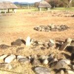 十数個の石からなる組石遺構を環状に連ねた縄文時代後期の大規模な共同墓地跡。周囲には建物跡も展開。