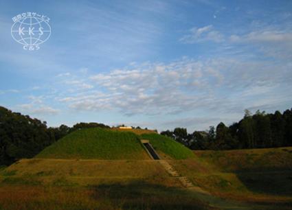 300基を超える日本最大級の古墳群。近年史跡公園として整備が進み、前方後円墳、方墳、円墳などの多様な墳形、横穴式石室や粘土槨、地下式横穴といった埋葬施設、さらには古墳表面の茸石の様子など多角的な見学が可能となりました。
