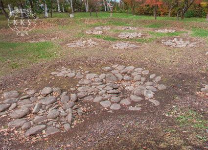 【道指定史跡】直径28mと32mの円形の周堤墓が二つ並んでいる